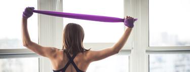 Cinco vídeos de rutinas de entrenamiento en casa con gomas elásticas, cuerda y fitball