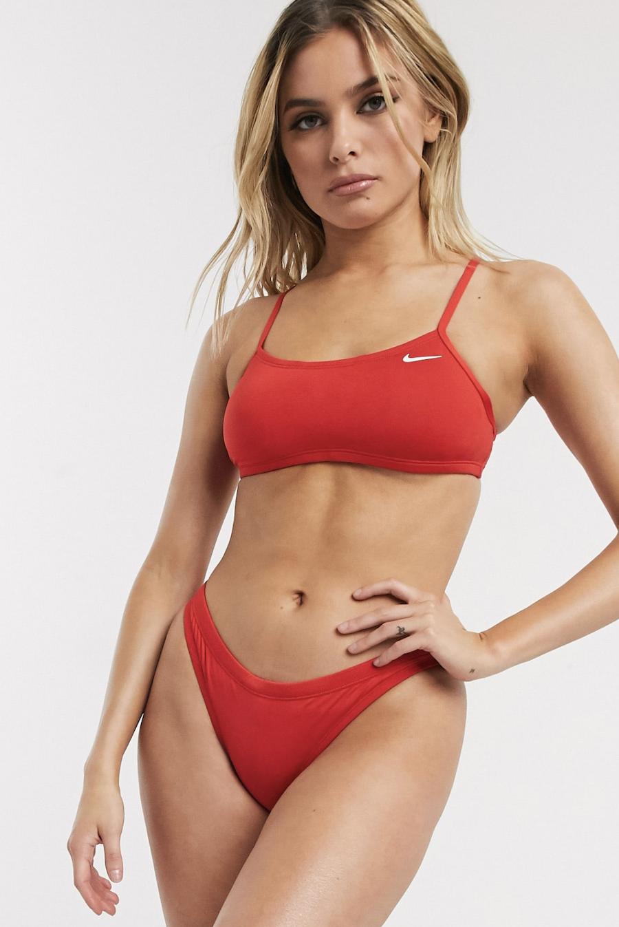 Braguitas y top de bikini básicos con espalda de nadador en rojo de Nike Swimming