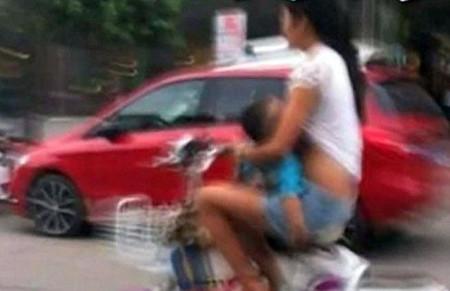 Dar el pecho en público es una cosa, hacerlo conduciendo una moto otra muy distinta