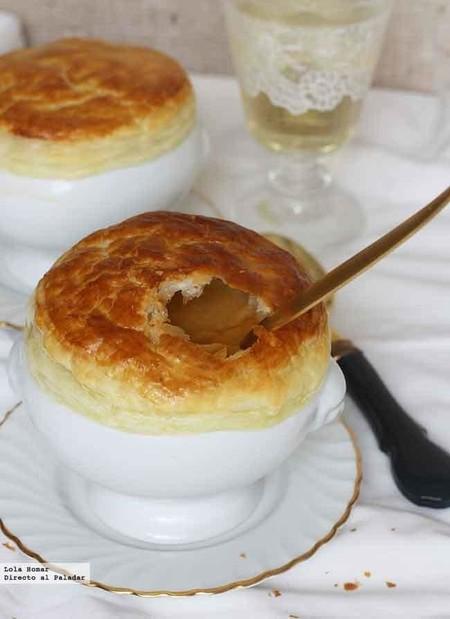 Crema de mejillones con cubierta de hojaldre, receta para empezar una comida o cena de celebración