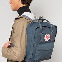 La mochila que domina el street style es de Fjällräven Kanken y está rebajada por tiempo limitado en ASOS