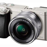 Regalar una cámara sin espejo como la Sony Alpha 6000 con objetivo 16-50mm sale barato en Amazon. La tienen rebajada a 489 euros
