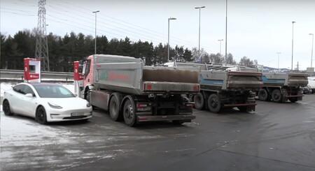 Este vídeo muestra cómo se amontonan los camiones eléctricos para recargar en una concurrida electrolinera noruega
