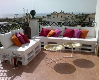 Literas, cunas, sofás con palets... hazlo tú mismo y pon un toque de imaginación en tu terraza