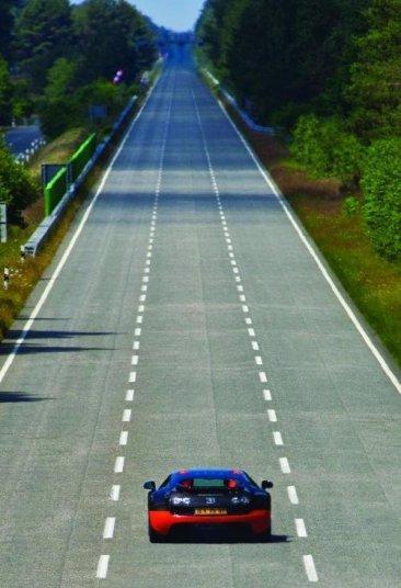 Tenemos a James May volando con el Bugatti Veyron Super Sport a 417,6 km/h