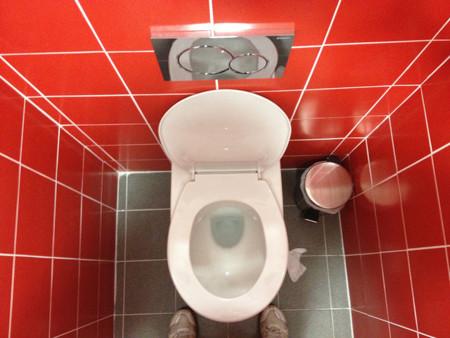 ¿Te puedes contagiar al sentarte en un baño público?