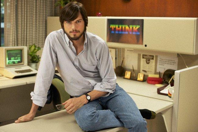 Ashton Kutcher posa caracterizado como Steve Jobs