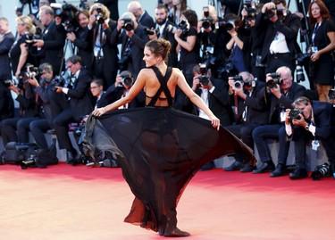 Alessandra Ambrosio intenta marcarse un Lupita Nyong'o en el Festival de Venecia, ¿lo consigue?