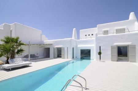 Puertas abiertas: color blanco y formas orgánicas en una casa de veraneo en Grecia