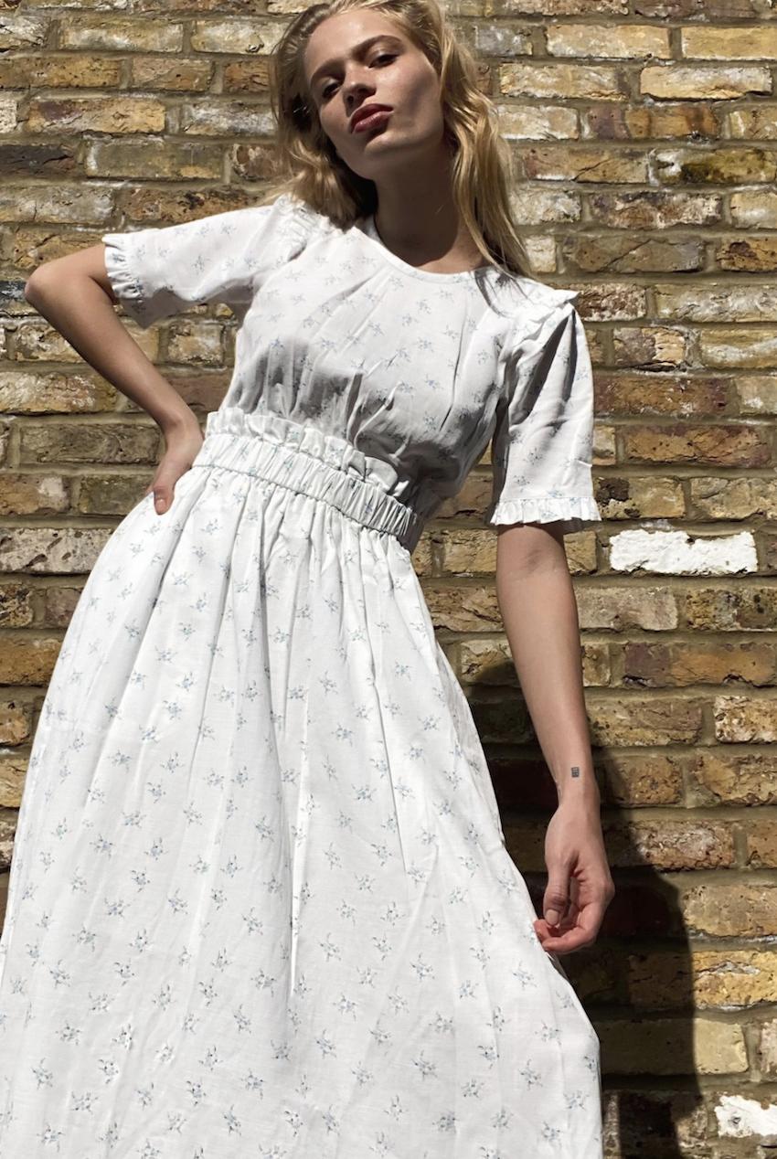 Vestido midi en blanco con bajo con volantes y estampado de flores de & Other Stories