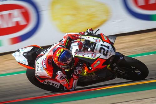 Michael Ruben Rinaldi gana su primera carrera de Superbikes con caídas para Scott Redding y Álvaro Bautista