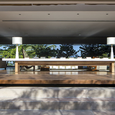 El paisaje como un gran cuadro en esta casa de marcadas líneas horizontales en Brasil