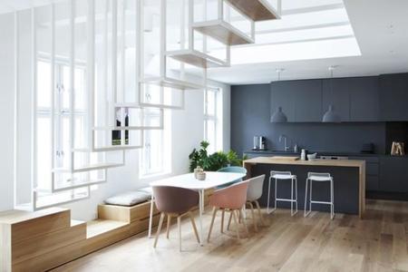 lneas tenemos una vista general de la zona de cocina y comedor del apartamento en la que podemos ver como los primeros peldaos de la escalera son