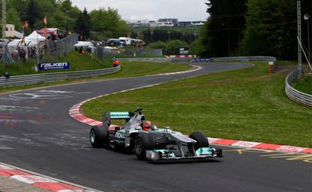 Michael Schumacher lidera una comitiva de Mercedes por el Nordschleife con un W02