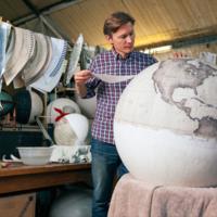 El meticuloso arte de crear globos terráqueos a mano