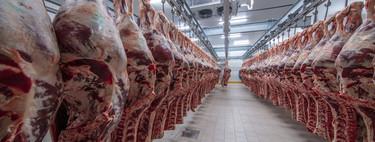 Los mataderos son unos de los puntos más delicados de transmisión de la covid-19 (pero la carne no tiene nada que ver con ello)