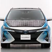 Toyota presenta un coche híbrido enchufable que gracias a la energía solar apenas habrá que enchufar