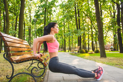 Dips de tríceps: un ejercicio para entrenar tus brazos que puedes hacer en tu salón, paso a paso