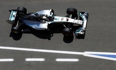 Lewis Hamilton se lleva la pole mientras Ferrari sigue haciendo aguas