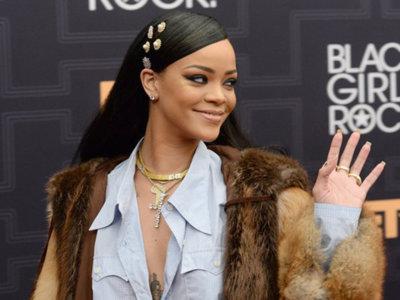 Rihanna saca su lado de niña buena e intenta imitar a Carrie Bradshaw en un total look de Miu Miu