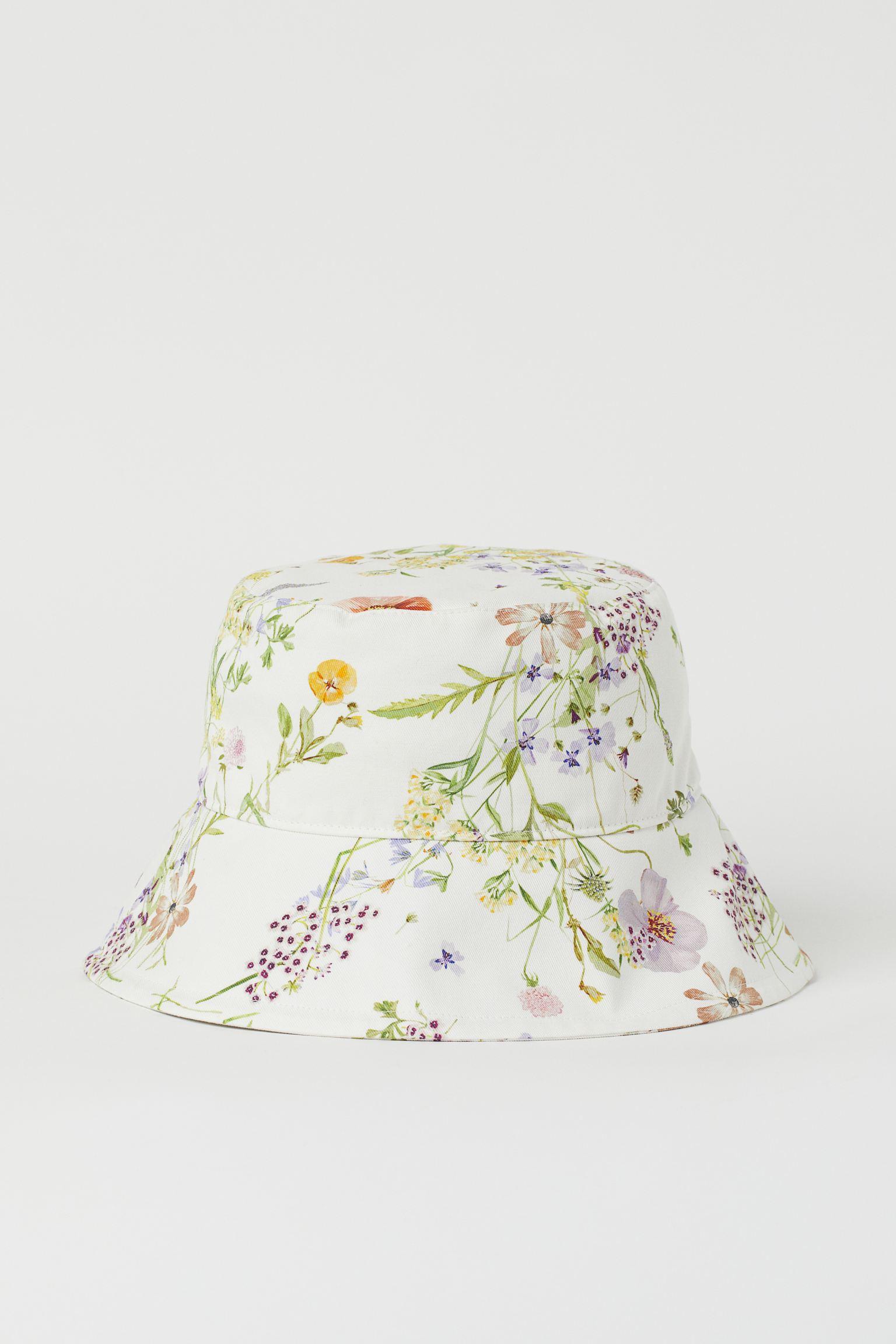 Sombrero bucket en sarga de algodón con cinta antisudor. Forrado. Ancho del ala 8,5 cm. Confeccionado en algodón reciclado, este sombrero forma parte de nuestra colección de flores silvestres pintadas a mano.