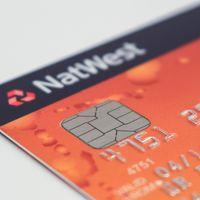 Por qué las tarjetas de crédito tienen números y letras con relieve