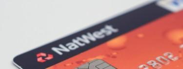 ¿Por qué las tarjetas de crédito tienen letras y números en relieve?