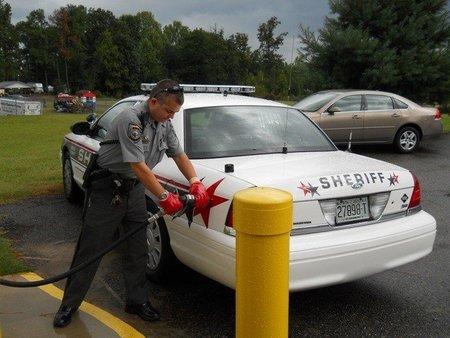 Policías que convierten drogas a gas para sus coches