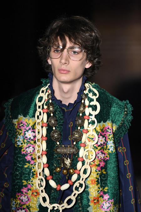 40d181caa Gucci se inspira en la psicodelia de los cantantes top de los setentas para  su colección Primavera-Verano 2019