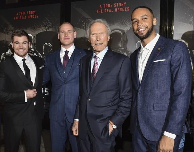 Eastwood con los héroes reales de la película