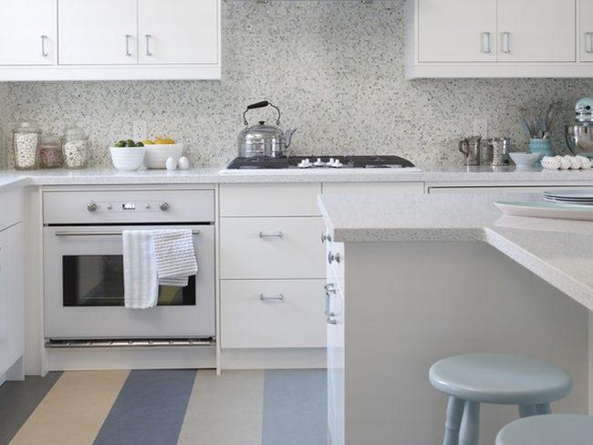 Una cocina a rayas por sarah richardson for Cocinas blancas con electrodomesticos blancos