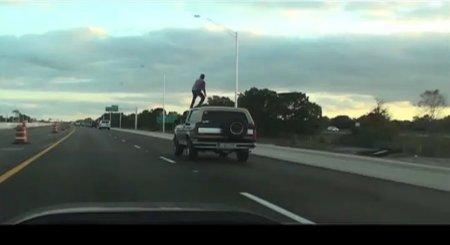 ¿Surfeando encima del techo con el coche en marcha?