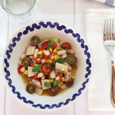 Ensalada de alubias con maíz, pipirrana y escabeche casero, receta saludable