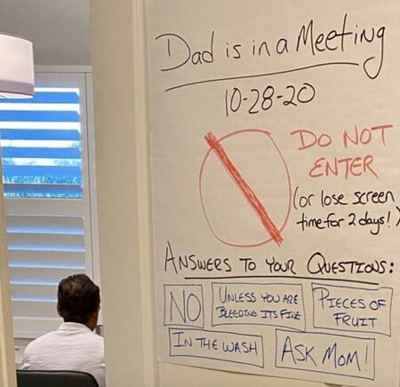 """""""No entres o te quedas dos días sin pantallas"""": el efectivo cartel de un padre para que sus cinco hijos le dejen teletrabajar"""