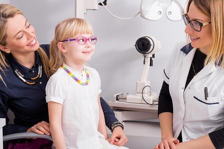 Alain Afflelou revisará gratuitamente la vista de los niños de cinco a siete años para prevenir la miopía tras el confinamiento