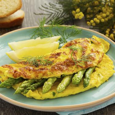 Omelette de espárragos y queso panela. Receta de desayuno saludable