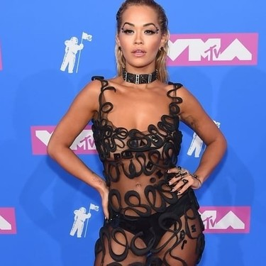 MTV Video Music Awards 2018: Rita Ora lo enseña todo con su vestido transparente