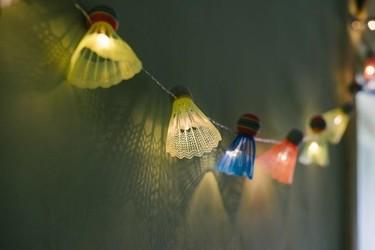 Hazlo tú mismo: guirnaldas de luces con volantes de badminton