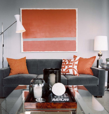 Naranja y gris en un salón.