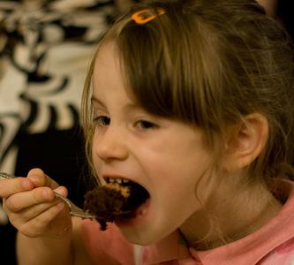 Cómo regular la alimentación en casa cuándo los niños 'comen demasiado'