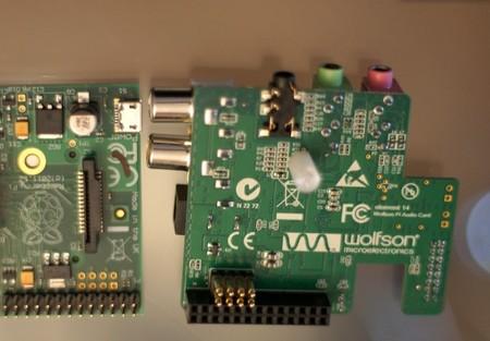 Abajo podéis ver los conectores de presión y a la izquierda dónde hacen contacto en la Raspberry Pi