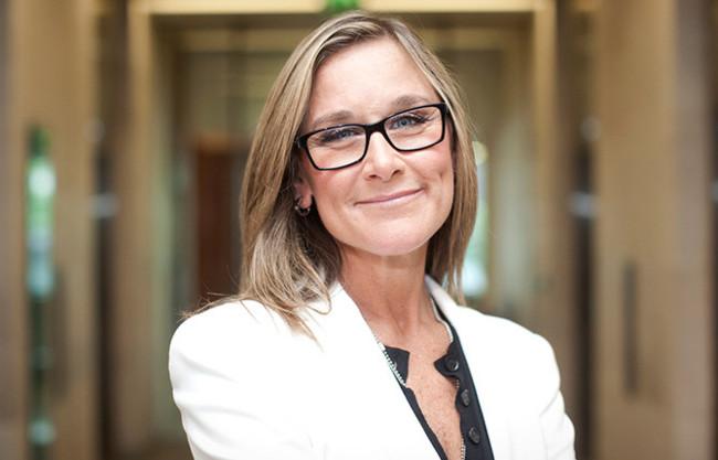 Angela Ahrendts, la CEO de Burberry, se une a Apple como vicepresidente senior de Retail y tiendas online