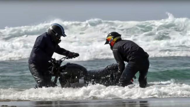 ¡Ups! Esto es lo que pasa cuando intentas hacer drifting entre las olas con una Triumph Street Scrambler