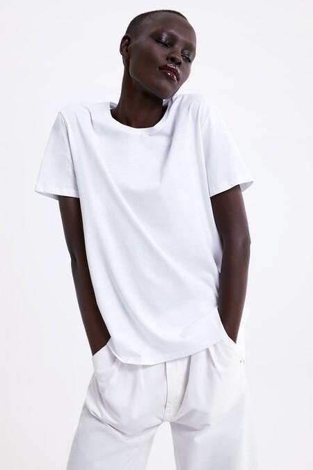 Cinco trucos de estilo para combinar una camiseta blanca básica que hemos aprendido de las estilistas de Zara