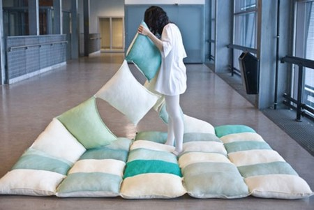 Pilow Blanket de Joon & Jung, una manta hecha de cojines