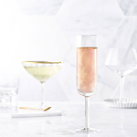 Todo el mundo está bebiendo champán con purpurina en oro rosado