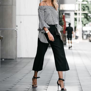 Las siete ideas de outfits con pantalón negro en verano que te ayudarán a seguir usándolo con este calor