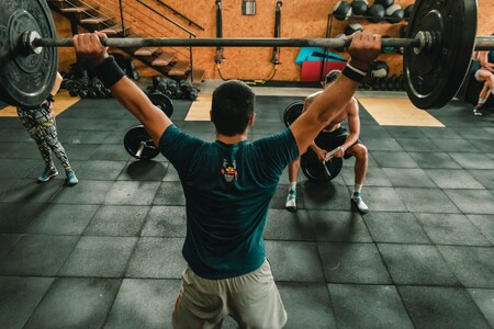 Nuestros cinco ejercicios favoritos para entrenar hombros, en casa o en el gimnasio