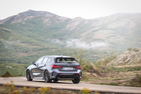 BMW Serie 1 2020 trasera lateral en marcha