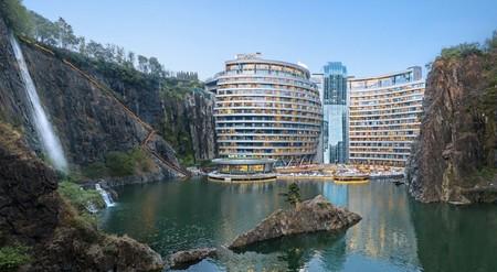 Este increíble hotel de 88 metros de altura no fue construido hacia arriba, sino hacia abajo dentro de una cantera abandonada